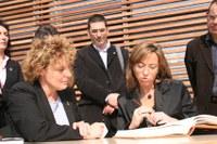 La ministra, Carme Chacón, amb l'alcaldessa, Magda Casamitjana