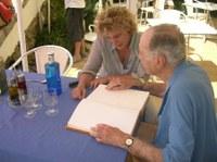Signatura al Llibre d'Honor de l'Ajuntament del Doctor Ignasi Barraquer