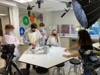 Alumnes de Roses participen en la gravació d'un vídeo amb experiments per celebrar la Jornada de la Ciència
