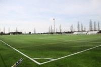 El camp de futbol de la Vinyassa renova la gespa artificial