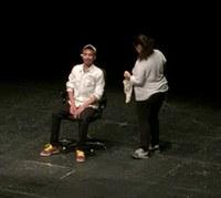 """Els joves de Roses debaten sobre usos i límits de les xarxes socials a partir de la representació teatral """"Enxarxats"""""""