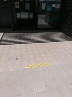 L'Ajuntament senyalitza l'exterior del CAP per garantir la distància de seguretat entre els usuaris