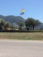 La bandera de l'arc de Sant Martí torna a onejar a Roses amb motiu de la celebració del Dia Internacional de l'Orgull LGBT