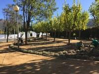 La zona verda de davant del Cementiri de Roses, llesta per a Tots Sants