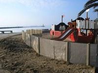Roses instal·la pantalles a la platja contra l'erosió eòlica