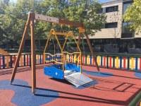 Roses instal·la un nou gronxador per a infants ambmobilitatreduïda