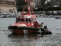 Simulacre d'incendi d'una embarcació de pesca al port de Roses